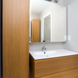 Imagen de cuarto de baño infantil, de estilo americano, pequeño, con armarios tipo mueble, puertas de armario amarillas, baldosas y/o azulejos marrones, baldosas y/o azulejos de cerámica, paredes grises, suelo de baldosas de cerámica y lavabo encastrado
