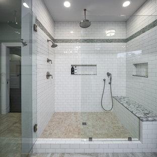 Modelo de cuarto de baño principal, de estilo americano, grande, con ducha empotrada, baldosas y/o azulejos blancos, baldosas y/o azulejos de cerámica, suelo de baldosas de cerámica, suelo multicolor y ducha con puerta con bisagras