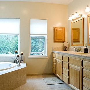 Inspiration för ett mellanstort vintage en-suite badrum, med luckor med infälld panel, skåp i ljust trä, en öppen dusch, en toalettstol med hel cisternkåpa, beige kakel, keramikplattor, beige väggar, klinkergolv i keramik, ett nedsänkt handfat, ett platsbyggt badkar, kaklad bänkskiva och beiget golv