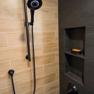 Inredning av ett modernt mellanstort badrum med dusch, med skåp i shakerstil, skåp i mellenmörkt trä, en hörndusch, en toalettstol med separat cisternkåpa, svart kakel, porslinskakel, gula väggar, klinkergolv i porslin, ett piedestal handfat och kaklad bänkskiva
