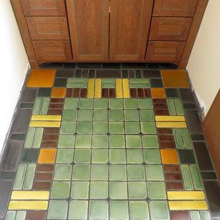 Esempio di una stanza da bagno padronale american style di medie dimensioni con ante in stile shaker, ante in legno scuro, pareti bianche, pavimento con piastrelle in ceramica e pavimento verde