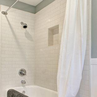 Mittelgroßes Rustikales Badezimmer En Suite mit Schrankfronten im Shaker-Stil, weißen Schränken, Eckbadewanne, Duschbadewanne, Wandtoilette mit Spülkasten, weißen Fliesen, grauer Wandfarbe, Marmorboden und Duschvorhang-Duschabtrennung in Los Angeles