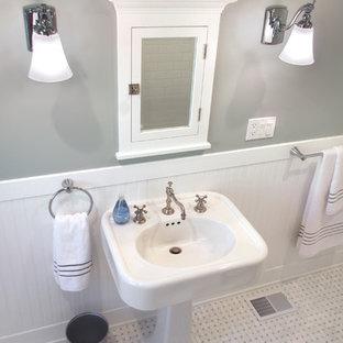 Inspiration för ett mellanstort amerikanskt en-suite badrum, med skåp i shakerstil, vita skåp, en dusch/badkar-kombination, en toalettstol med separat cisternkåpa, vit kakel, grå väggar, marmorgolv, tunnelbanekakel och ett piedestal handfat