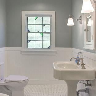 Esempio di una stanza da bagno padronale stile americano di medie dimensioni con lavabo a colonna, WC a due pezzi, piastrelle bianche, pareti grigie, pavimento in marmo, ante in stile shaker, ante bianche e piastrelle diamantate