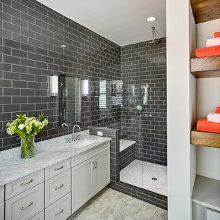Foto di una stanza da bagno padronale american style di medie dimensioni con ante in stile shaker, ante bianche, doccia alcova, WC a due pezzi, piastrelle nere, piastrelle in ceramica, pareti nere, pavimento con piastrelle in ceramica, lavabo sottopiano e top in marmo