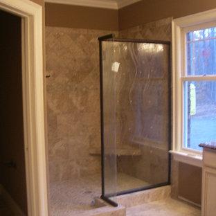 他の地域のおしゃれな浴室 (レイズドパネル扉のキャビネット、ベージュのキャビネット、リノリウムの床、御影石の洗面台) の写真