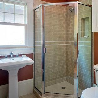 Ejemplo de cuarto de baño con ducha, de estilo americano, pequeño, con lavabo con pedestal, ducha esquinera, baldosas y/o azulejos beige, baldosas y/o azulejos de cerámica, paredes rojas, sanitario de dos piezas y suelo de linóleo