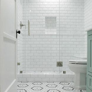 Immagine di una piccola stanza da bagno stile americano con ante in stile shaker, doccia alcova, piastrelle bianche, piastrelle in ceramica, pavimento con piastrelle a mosaico, pavimento grigio, ante verdi, un lavabo e mobile bagno freestanding