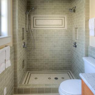 Amerikansk inredning av ett badrum, med keramikplattor och grönt golv