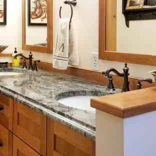 Idée de décoration pour une petit salle de bain principale craftsman avec un placard à porte shaker, des portes de placard en bois brun, une baignoire en alcôve, un combiné douche/baignoire, un WC séparé, un mur jaune, un sol en carrelage de céramique, un lavabo encastré, un plan de toilette en granite, un sol multicolore, une cabine de douche à porte coulissante et un plan de toilette vert.