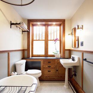 Ispirazione per una stanza da bagno con doccia american style con ante in stile shaker, ante in legno scuro, vasca con piedi a zampa di leone, vasca/doccia, WC a due pezzi, pavimento con piastrelle a mosaico, pavimento bianco, doccia con tenda, pareti beige e lavabo sospeso