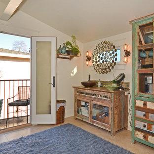 Réalisation d'une douche en alcôve principale craftsman de taille moyenne avec un placard à porte vitrée, des portes de placard en bois clair, un mur beige, un sol en carrelage de céramique et un plan de toilette en cuivre.