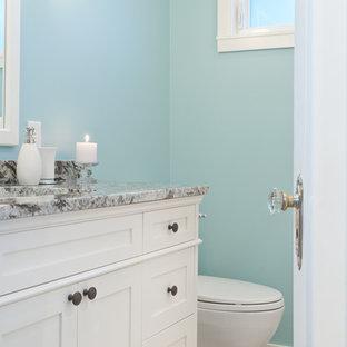 Ispirazione per una piccola stanza da bagno con doccia stile americano con lavabo sottopiano, ante in stile shaker, ante bianche, top in granito, vasca ad alcova, vasca/doccia, WC a due pezzi, piastrelle multicolore, lastra di pietra, pareti blu e pavimento con piastrelle in ceramica