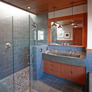Foto di una stanza da bagno padronale american style di medie dimensioni con lavabo rettangolare, ante in legno scuro, doccia a filo pavimento, piastrelle blu, piastrelle in pietra, pareti beige, pavimento in ardesia e ante lisce