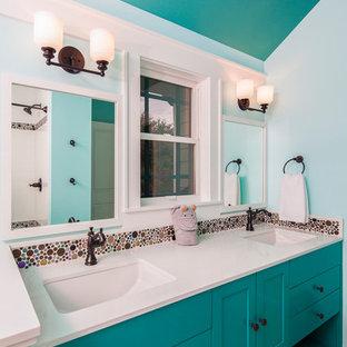 Ispirazione per una stanza da bagno per bambini american style con ante in stile shaker, ante turchesi, vasca ad alcova, piastrelle multicolore, piastrelle in ceramica, pareti bianche, pavimento in gres porcellanato, lavabo sottopiano, top in quarzo composito e pavimento grigio