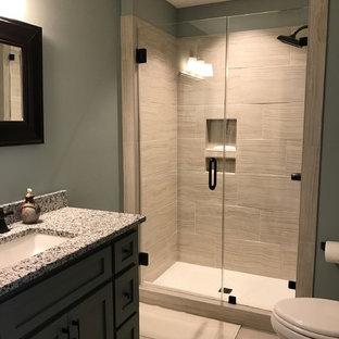 Bild på ett mellanstort vintage badrum med dusch, med skåp i shakerstil, grå skåp, en dusch i en alkov, en toalettstol med hel cisternkåpa, porslinskakel, grå väggar, klinkergolv i porslin, ett undermonterad handfat, granitbänkskiva och dusch med skjutdörr