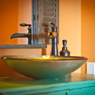 Immagine di una stanza da bagno american style con lavabo a bacinella e ante turchesi