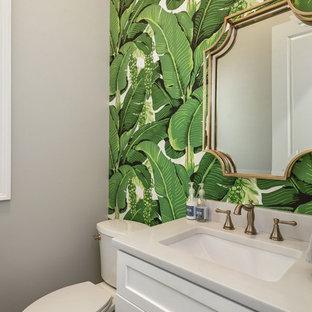 Imagen de cuarto de baño exótico, pequeño, con armarios estilo shaker, puertas de armario blancas, sanitario de dos piezas, paredes grises, suelo de madera oscura, lavabo bajoencimera y encimera de mármol