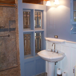 Idee per una stanza da bagno padronale country di medie dimensioni con ante di vetro, ante blu, doccia aperta, WC a due pezzi, piastrelle blu, piastrelle in travertino, pareti blu, pavimento in travertino, lavabo a colonna, top in vetro, pavimento beige e doccia aperta