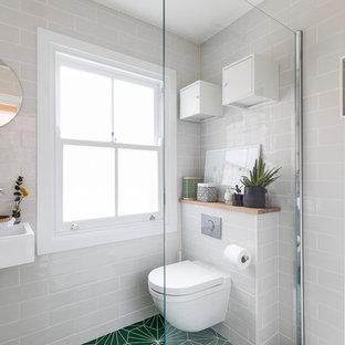 Новый формат декора квартиры: маленькая ванная комната в современном стиле с открытым душем, инсталляцией, белой плиткой, керамической плиткой, белыми стенами, полом из керамической плитки, душевой кабиной, подвесной раковиной, зеленым полом и открытым душем