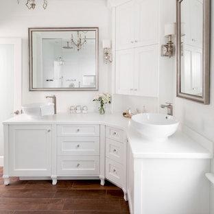 На фото: ванная комната в стиле неоклассика (современная классика) с настольной раковиной, плиткой под дерево и белыми фасадами с