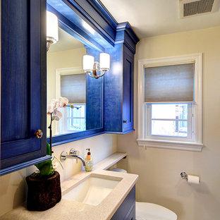 Ejemplo de cuarto de baño principal, clásico renovado, pequeño, con armarios con paneles empotrados, puertas de armario azules, bañera encastrada, combinación de ducha y bañera, sanitario de dos piezas, baldosas y/o azulejos beige, baldosas y/o azulejos de piedra, paredes beige, suelo con mosaicos de baldosas, lavabo bajoencimera y encimera de cuarcita