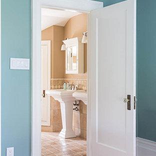 Esempio di una stanza da bagno padronale tradizionale di medie dimensioni con pareti arancioni, pavimento con piastrelle in ceramica e lavabo da incasso