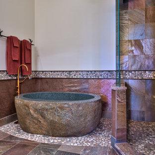 Foto di una stanza da bagno contemporanea con vasca freestanding, pavimento con piastrelle di ciottoli e piastrelle in ardesia