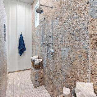 Ejemplo de cuarto de baño de estilo de casa de campo, sin sin inodoro, con baldosas y/o azulejos multicolor, paredes blancas, suelo beige, ducha abierta y encimeras blancas