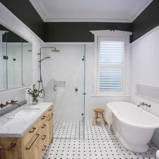 Неиссякаемый источник вдохновения для домашнего уюта: главная ванная комната среднего размера в классическом стиле с плоскими фасадами, фасадами цвета дерева среднего тона, отдельно стоящей ванной, угловым душем, раздельным унитазом, белой плиткой, керамической плиткой, серыми стенами, полом из мозаичной плитки, врезной раковиной, мраморной столешницей, разноцветным полом, душем с распашными дверями, серой столешницей, стиральной машиной, тумбой под одну раковину, напольной тумбой и панелями на части стены