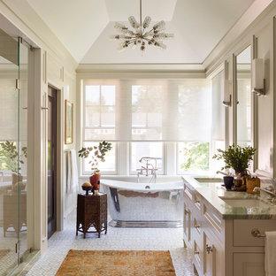 Идея дизайна: большая главная ванная комната в стиле современная классика с фасадами с утопленной филенкой, бежевыми фасадами, душем в нише, бежевыми стенами, полом из мозаичной плитки, врезной раковиной, мраморной столешницей, зеленым полом, душем с распашными дверями, зеленой столешницей и отдельно стоящей ванной