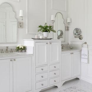 Esempio di una stanza da bagno chic con ante in stile shaker, ante bianche, pareti bianche, lavabo sottopiano, pavimento grigio, top grigio, due lavabi, mobile bagno incassato e pannellatura