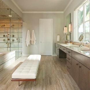 Idee per una stanza da bagno design con lavabo sottopiano, vasca sottopiano, doccia doppia, pareti beige e piastrelle in travertino
