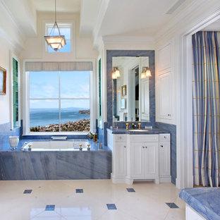 Immagine di una stanza da bagno stile americano con piastrelle blu e top blu