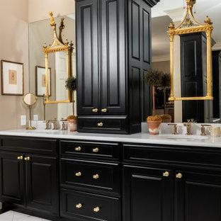 Klassisches Badezimmer mit grünen Schränken, beiger Wandfarbe, Unterbauwaschbecken, weißem Boden, weißer Waschtischplatte, Doppelwaschbecken und eingebautem Waschtisch in St. Louis