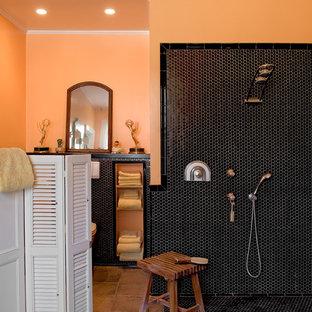 Idéer för ett klassiskt badrum, med en öppen dusch, svart kakel, mosaik, orange väggar och med dusch som är öppen
