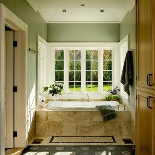 Diseño de cuarto de baño tradicional con bañera encastrada y paredes verdes
