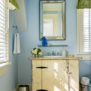 Ispirazione per una stanza da bagno country con piastrelle a mosaico, lavabo da incasso e pareti blu