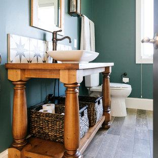 Imagen de cuarto de baño de estilo de casa de campo, de tamaño medio, con armarios tipo mueble, puertas de armario de madera oscura, bañera empotrada, ducha empotrada, baldosas y/o azulejos grises, baldosas y/o azulejos de mármol, paredes verdes, suelo de baldosas de porcelana, lavabo sobreencimera, encimera de madera, suelo gris y ducha abierta