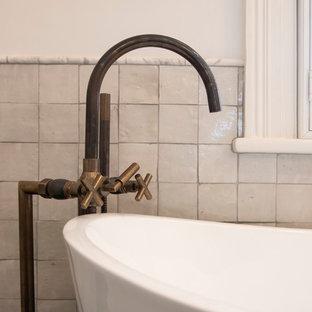 Создайте стильный интерьер: большая главная ванная комната в средиземноморском стиле с фасадами островного типа, фасадами цвета дерева среднего тона, отдельно стоящей ванной, двойным душем, унитазом-моноблоком, белой плиткой, цементной плиткой, белыми стенами, полом из цементной плитки, врезной раковиной, мраморной столешницей, зеленым полом, открытым душем и белой столешницей - последний тренд