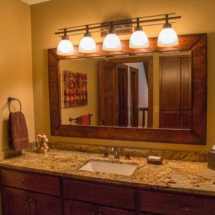 Ejemplo de cuarto de baño con ducha, rural, con baldosas y/o azulejos de vidrio laminado, suelo de pizarra, armarios con paneles empotrados, puertas de armario con efecto envejecido, ducha esquinera, sanitario de una pieza, baldosas y/o azulejos multicolor, lavabo bajoencimera y encimera de granito