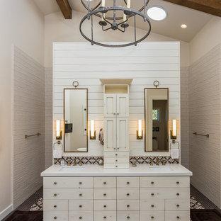 Foto di una grande stanza da bagno padronale country con ante beige, piastrelle beige, piastrelle in gres porcellanato, pareti beige, pavimento in gres porcellanato, lavabo sottopiano, top in quarzo composito, top beige, ante lisce e pavimento multicolore