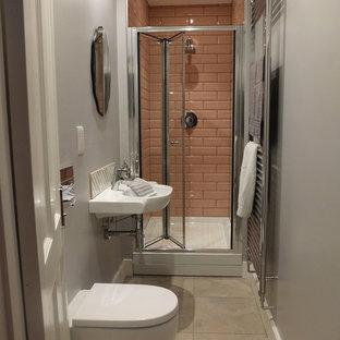 На фото: маленькая главная ванная комната в современном стиле с подвесной раковиной, душем в нише, инсталляцией, розовой плиткой, керамической плиткой, серыми стенами и полом из линолеума с