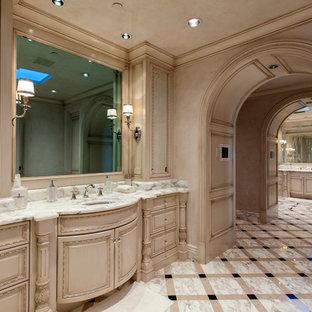 Inspiration för ett medelhavsstil grön grönt badrum, med möbel-liknande, beige skåp, beige väggar, ett nedsänkt handfat och flerfärgat golv