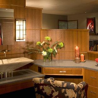 シアトルのモダンスタイルのおしゃれな浴室 (ベッセル式洗面器、フラットパネル扉のキャビネット、ライムストーンの洗面台、ドロップイン型浴槽、オープン型シャワー、一体型トイレ、グレーのタイル、石タイル) の写真