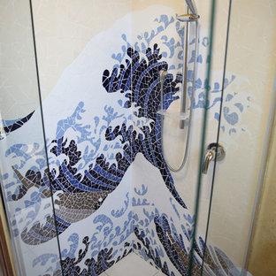 Свежая идея для дизайна: маленькая ванная комната в восточном стиле с накладной раковиной, светлыми деревянными фасадами, угловым душем, раздельным унитазом, белой плиткой, керамической плиткой, желтыми стенами и полом из керамической плитки - отличное фото интерьера