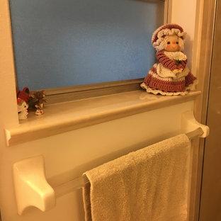 オーランドの小さいトラディショナルスタイルのおしゃれなマスターバスルーム (一体型トイレ、クッションフロア、一体型シンク、大理石の洗面台、ベージュの床、開き戸のシャワー、ベージュのカウンター) の写真