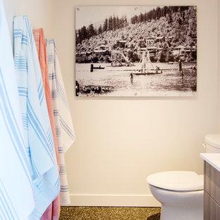 Modelo de cuarto de baño con ducha, marinero, pequeño, con armarios con paneles lisos, puertas de armario de madera oscura, paredes blancas, suelo de linóleo, encimera de cuarzo compacto y suelo multicolor