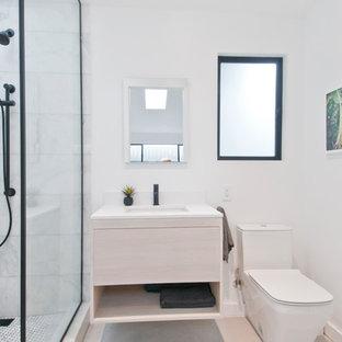 Неиссякаемый источник вдохновения для домашнего уюта: маленькая главная ванная комната в стиле модернизм с плоскими фасадами, светлыми деревянными фасадами, открытым душем, унитазом-моноблоком, белой плиткой, мраморной плиткой, белыми стенами, бетонным полом, накладной раковиной, столешницей из искусственного кварца, серым полом, открытым душем и белой столешницей