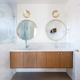 Idee per una stanza da bagno moderna con ante lisce, ante in legno scuro, pareti bianche e lavabo sottopiano